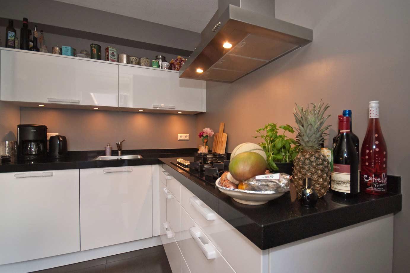Witte Keuken Taupe Muur : Witte keuken donker werkblad