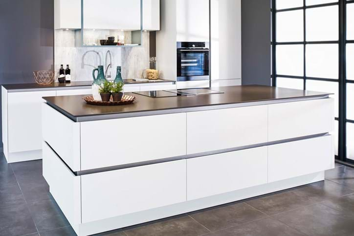 Moderne decoratie drie zones keuken. keukens en badkamers showroom