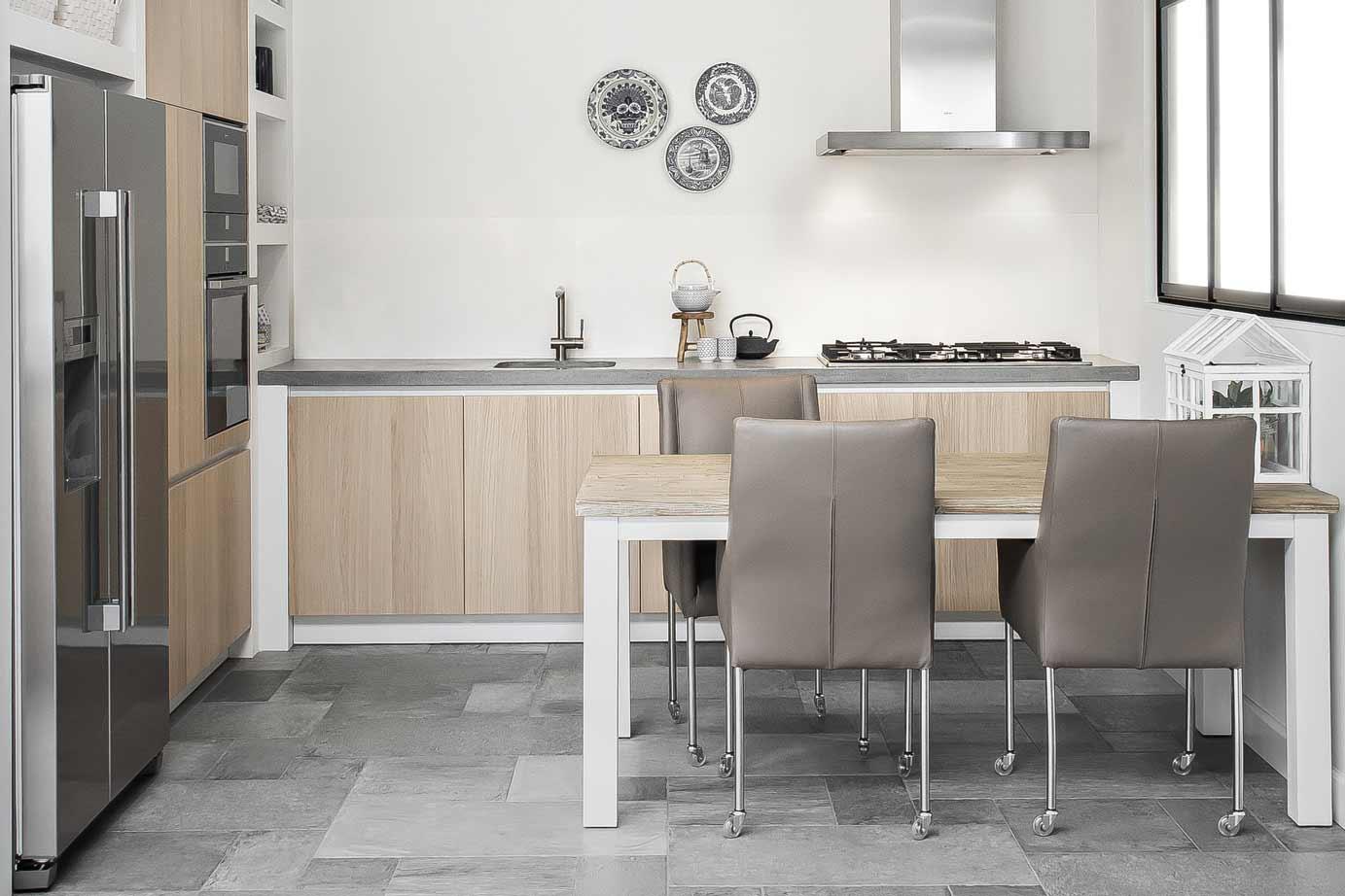 Klassieke minimale grijze en groene keuken met parketvloer moder